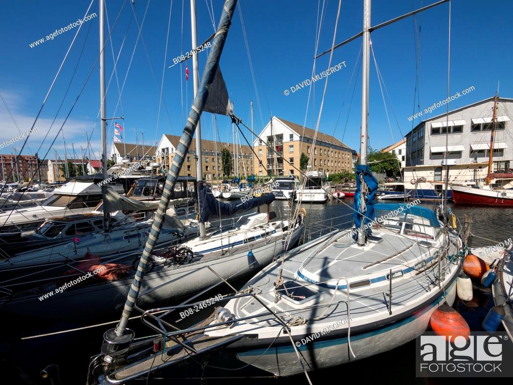 Photo de stock: Modern apartments and boats at Christianshavn harbour area, Copenhagen, Denmark.