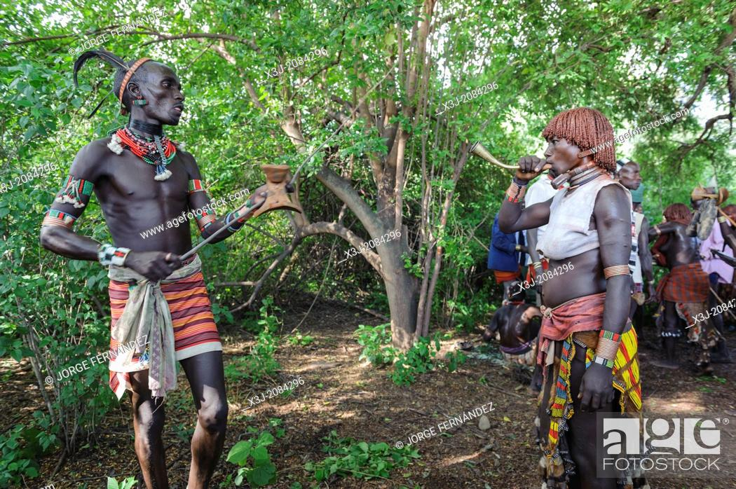Imagen: Before the bull jumping ceremony, the Maza whip the Hamer women who will defy them and show no fear or signs of pain . Hamer tribe, Omo valley, Ethiopia.