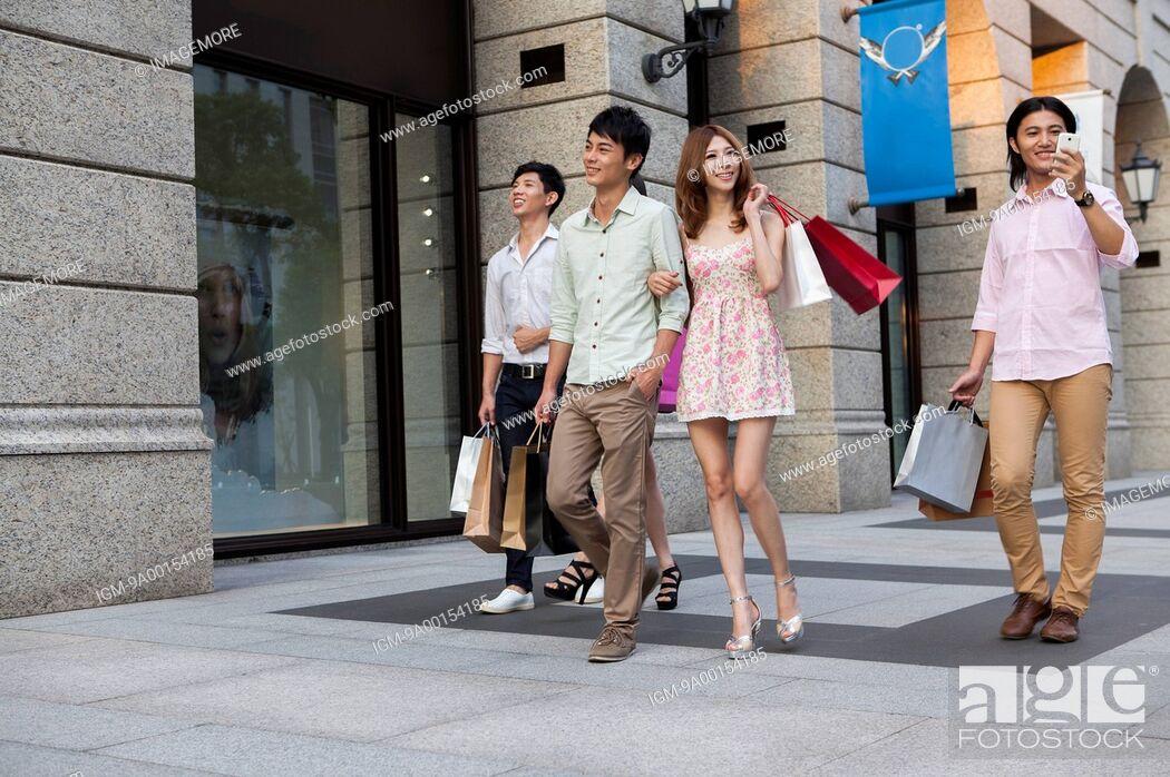 Imagen: Friends shopping together.