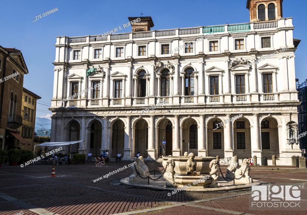 Imagen: Angelo Mai Civic Library (Biblioteca Civica Angelo Mai), Palazzo Nuovo di Bergamo behind the Contarini Fountain in the center of Piazza Vecchia (Old Square).