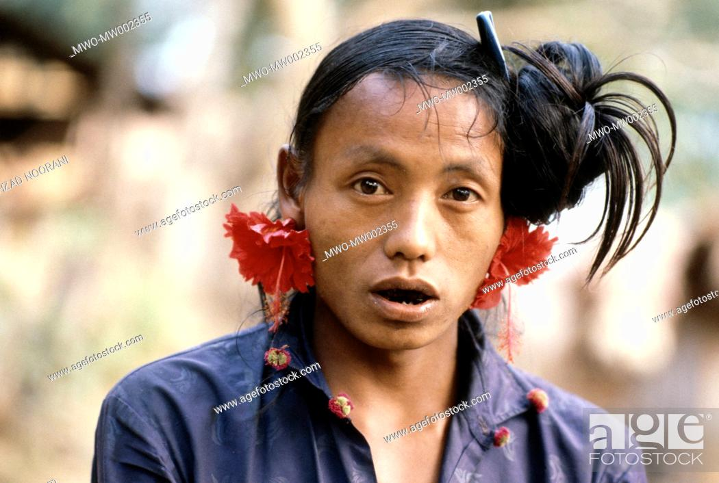 Imagen: A Murong man with flowers in his ear It is common for Mru men to use flower as decoration or to beautify themselves Ali Kadam Bandarban District Chittagong Hill.