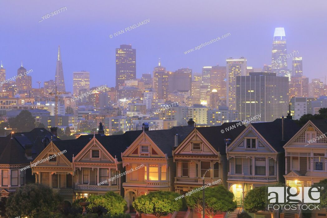 Imagen: Painted Ladies and San Francisco Downtown at Night, California, USA.