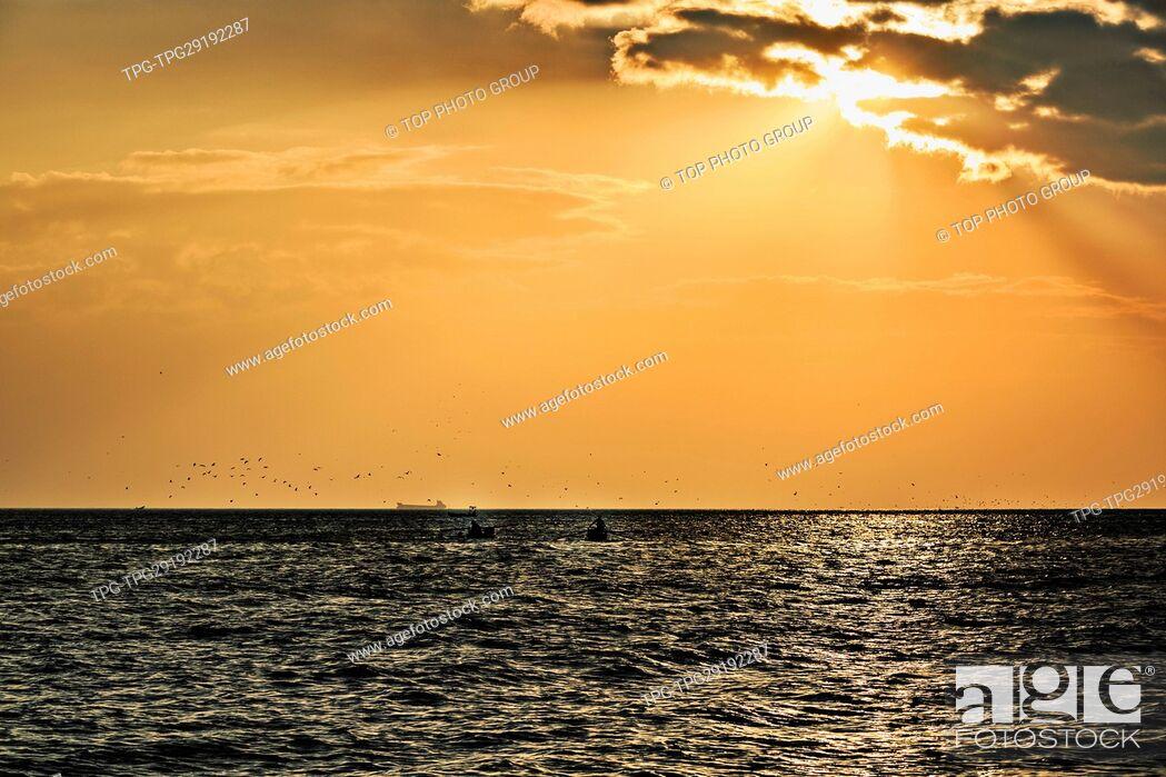 Imagen: sunset on sea.