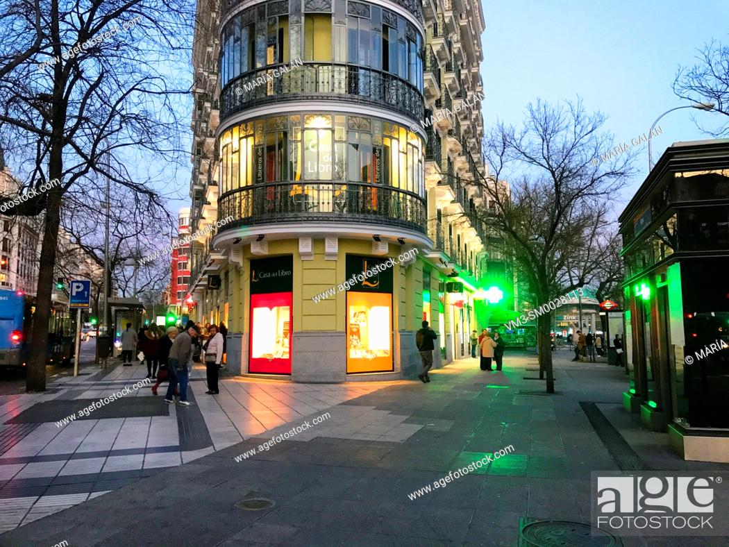 Imagen: Felipe II street corner to Alcala street, night view. Madrid, Spain.