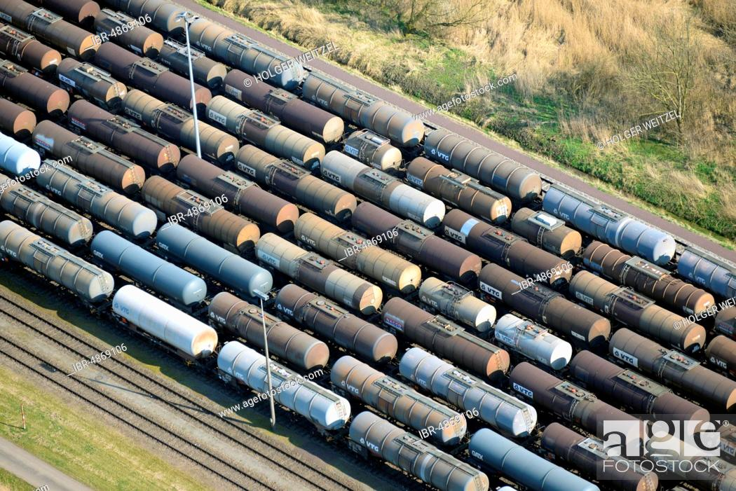 Imagen: Tank wagons on the railroad siding, VTG Eisenbahn Logistik, Stade, Lower Saxony, Germany.