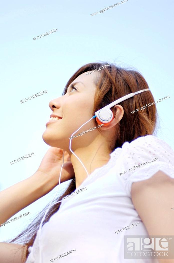 Stock Photo: Woman who listento the music.