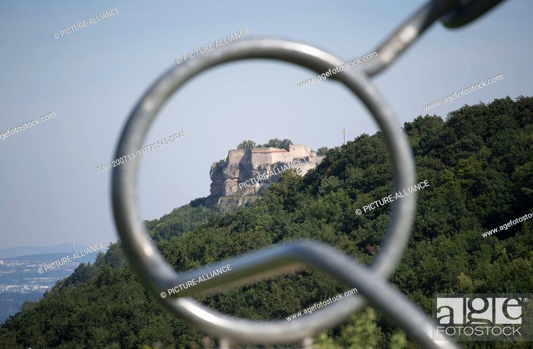 """Imagen: 13 July 2020, Baden-Wuerttemberg, Hülben: Hohenneuffen Castle can be seen at the edge of the Swabian Alb through a part of the artwork """"""""Glasses"""""""" by the artist."""
