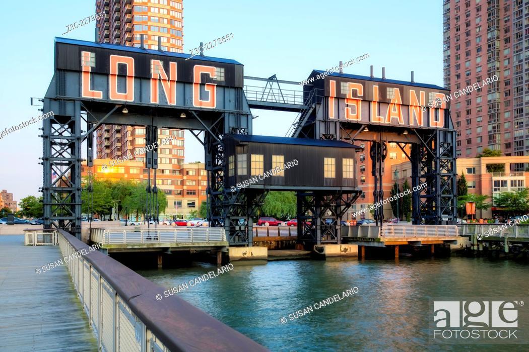 Imagen: Long Island City - Gantry Plaza State Park gigantic gantries transfer bridges in Long Island City located in the borough of Queens, New York.