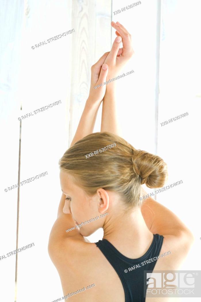 Imagen: young woman doing yoga.