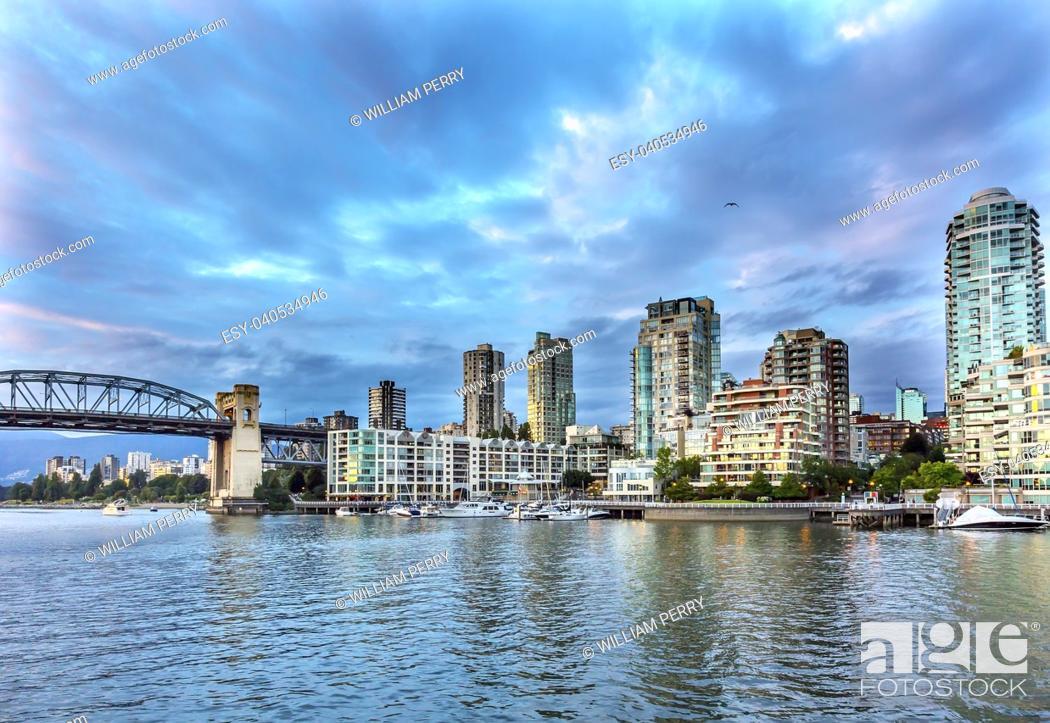 Imagen: Granville Island Burrard Street Bridge Yachts Apartment Buildings Vancouver British Columbia Canada.