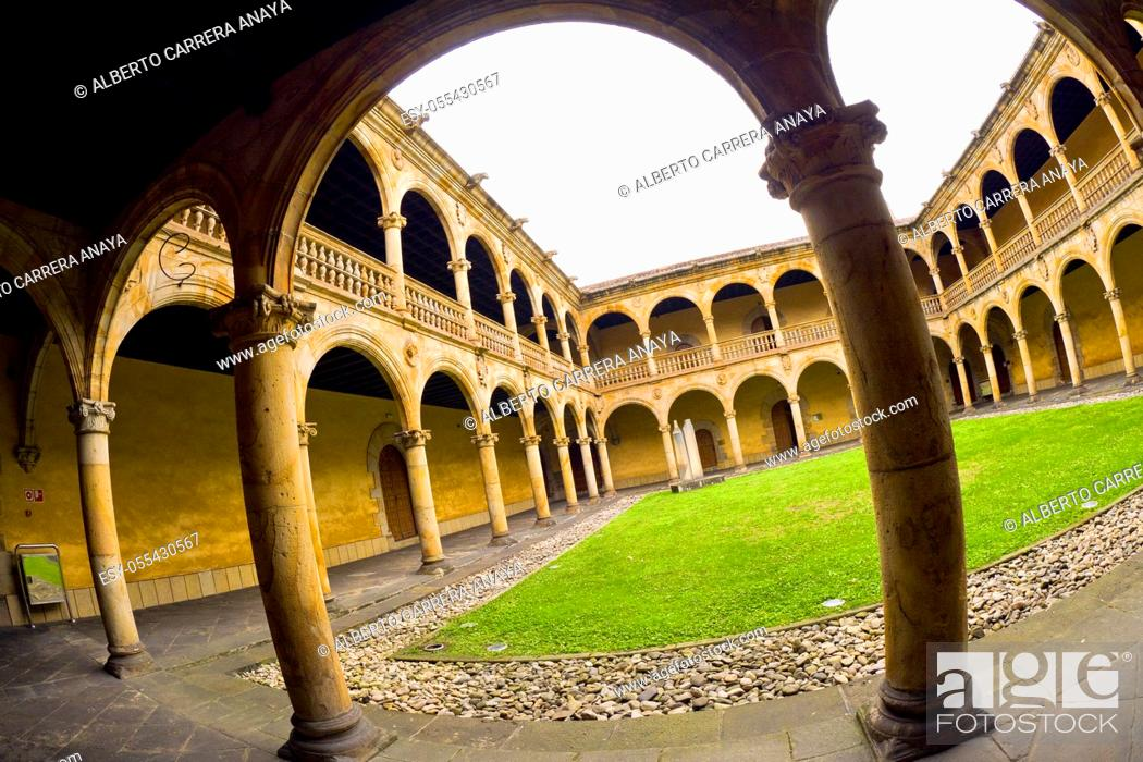 Imagen: Coutyard, Santcti Spiritus University, 16th Century Renaissance Style, Old Town, Oñati, Oñate, Guipúzcoa, Basque Country, Spain, Europe.