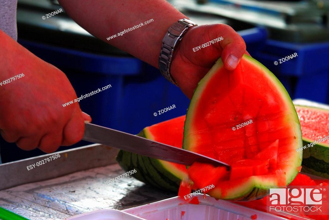 Stock Photo: Melone zerteilen.