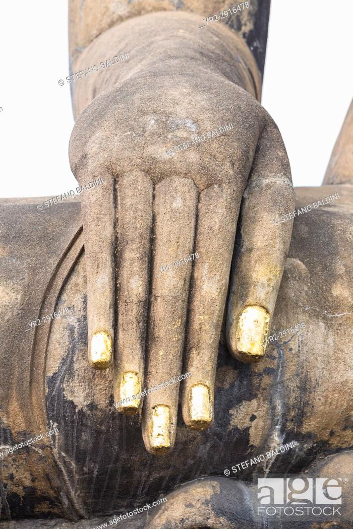 Imagen: Hand of the Buddha statue at the Wihan or temple hall at Wat Mahathat complex, Sukhothai historical park, Sukhothai, Thailand.