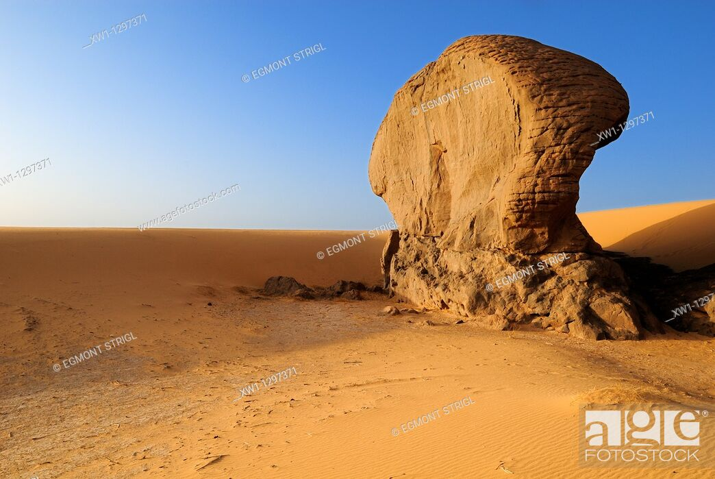 Photo de stock: sandstone rock formation at Youf Ahakit, Tassili du Hoggar, Wilaya Tamanrasset, Sahara Desert, Algeria, North Africa.