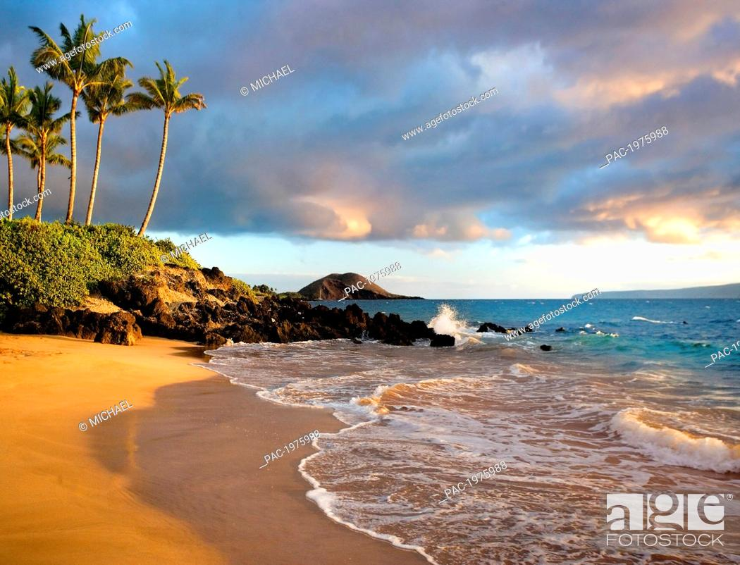 Imagen: Hawaii, Maui, Makena, Secret Beach At Sunset.