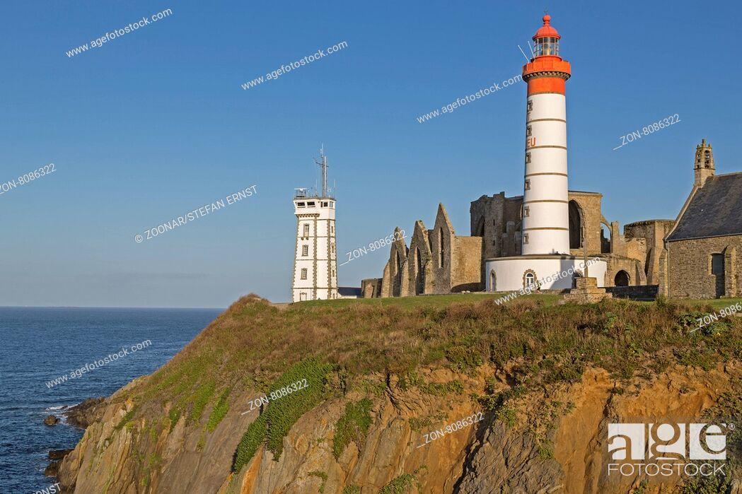 Imagen: Pointe de St-Mathieu Leuchtturm mit dem Militär-Turm und Abtei, Bretagne, Frankreich, Europa / Pointe de St-Mathieu lighthouse with military tower and abbey.