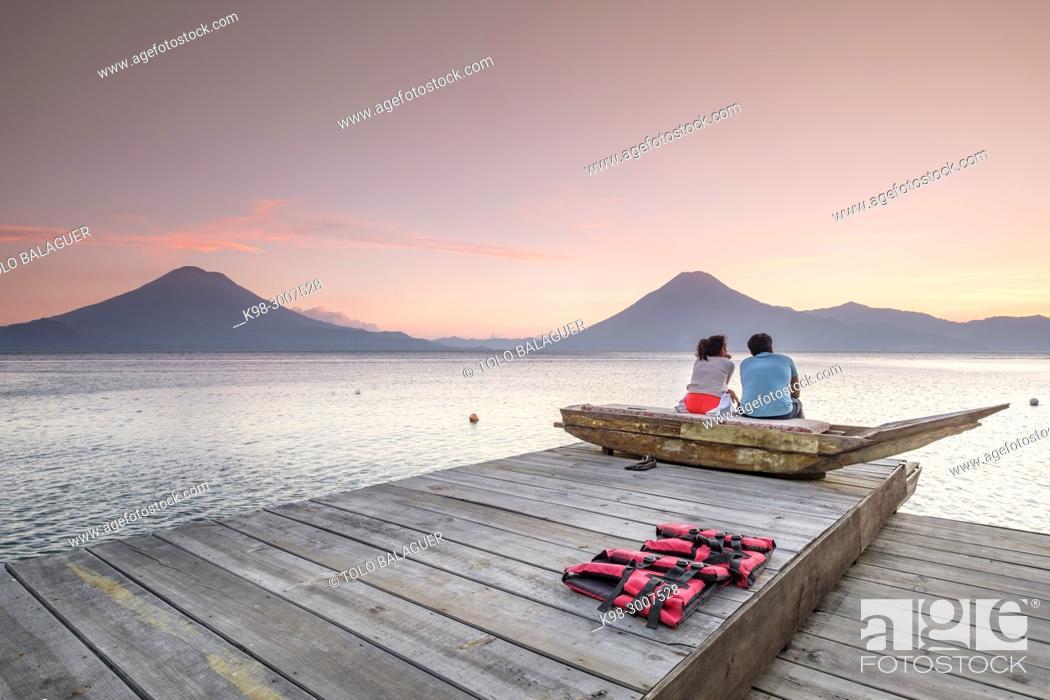 Imagen: volcanes de Atitlán 3537 m. y San Pedro 3020 m. lago de Atitlán, departamento de Sololá , República de Guatemala, América Central.