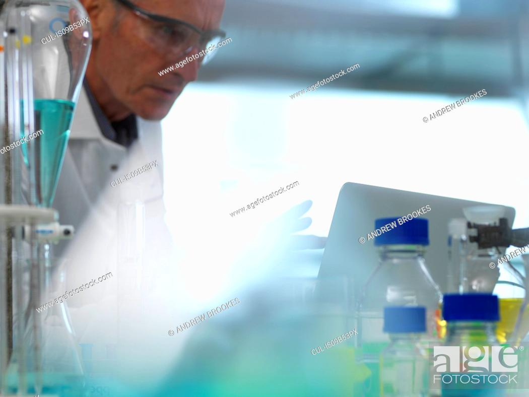 Imagen: Scientist examining data on a laptop computer from an experiment in the laboratory.
