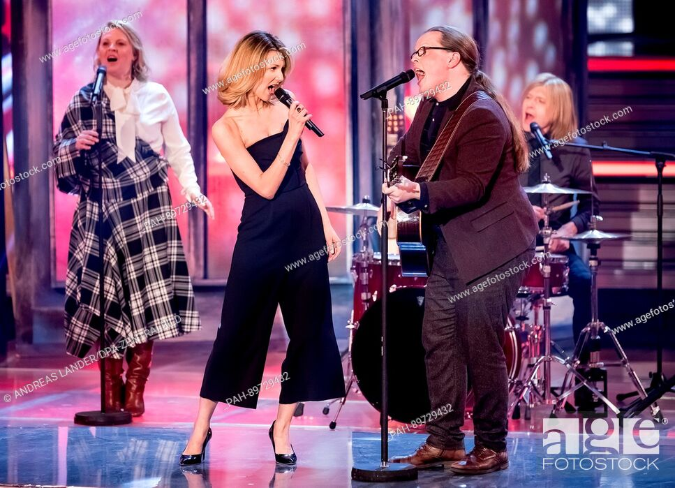 Photo de stock: The Kelly Family and singer Ella Endlich (2.f.l.) during the recording of the TV show 'Willkommen bei Carmen Nebel' (lt. 'Welcome to Carmen Nebel's') in the.