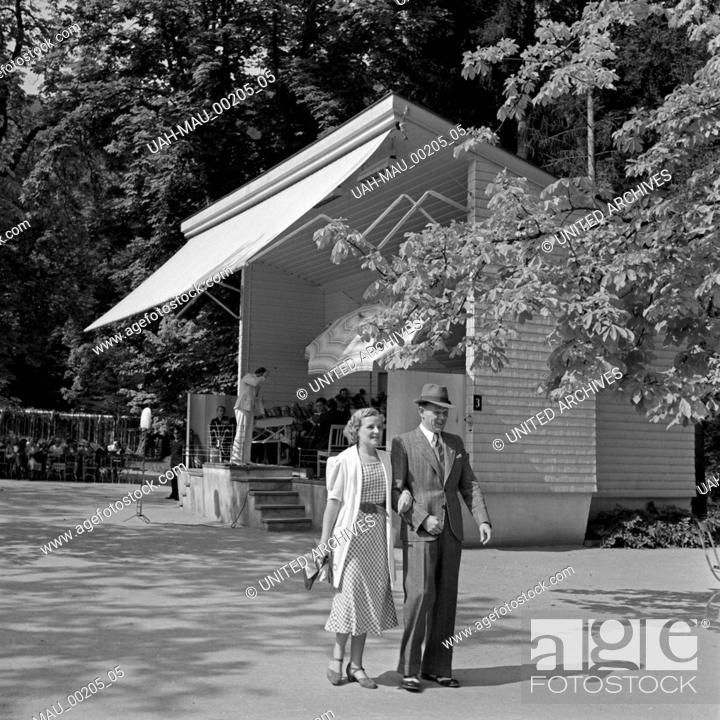 Stock Photo: Ein Mann und eine Frau vor dem Pavillon des Kurorchesters in Wildbad im Schwarzwald, Deutschland 1930er Jahre. A man and a women in front of the pavillon of the.