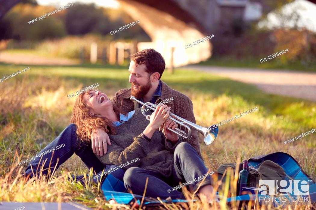 Imagen: Couple enjoying day on marshes.