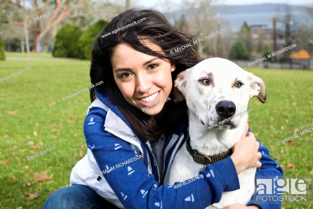 Imagen: Middle Eastern woman hugging dog.
