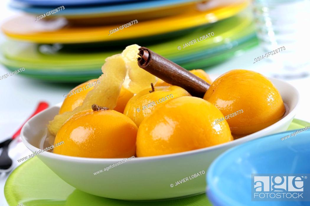 Imagen: Poached peaches with sweet wine.