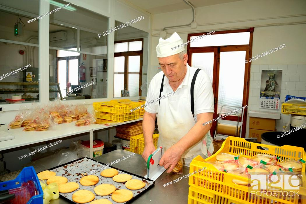 Stock Photo: Development and production in a traditional pastry of trastas, cakes and other products.