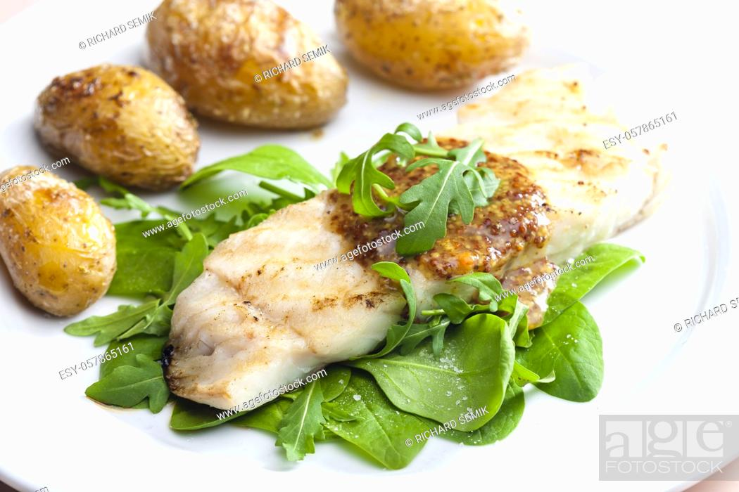 Imagen: Still lifepikeperch with spinach and potatoes.