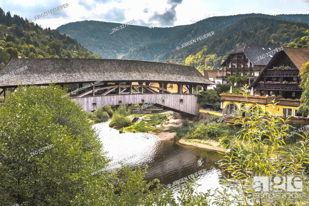 Imagen: historical wooden covered bridge over the river Murg, landmark of village Forbach, Northern Black Forest, Murg valley.