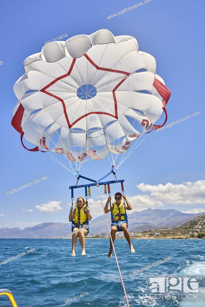Imagen: Couple during parasailing. Chersonissos. Crete, Greece.