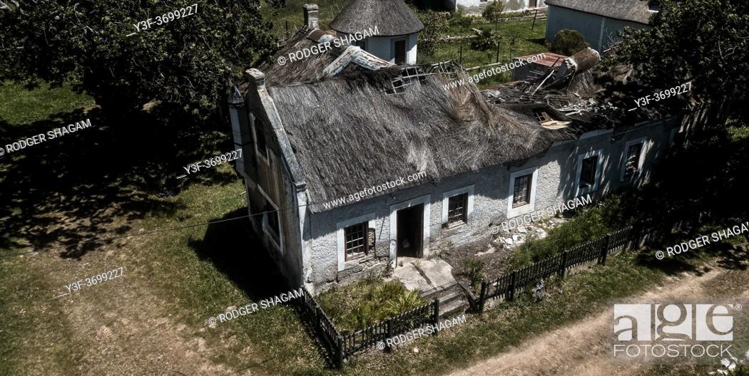 Imagen: Old cottage destroyed in a storm.