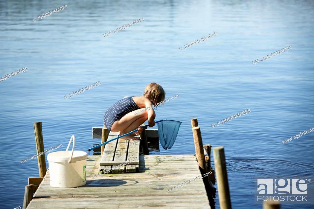 Imagen: Girl fishing on jetty.
