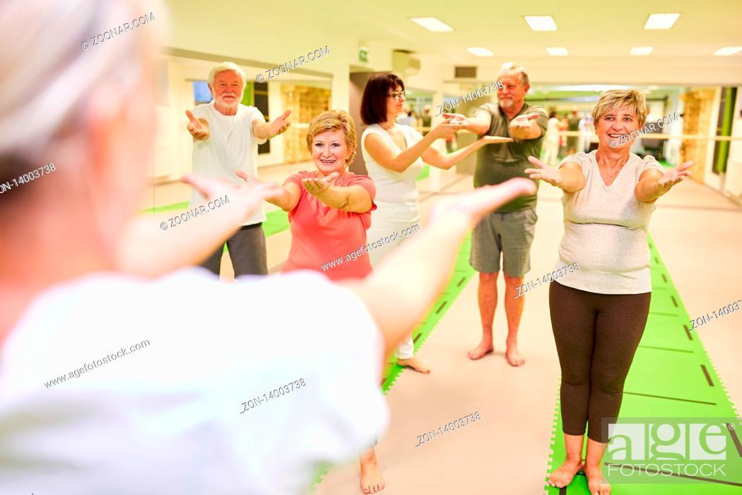 Imagen: Senioren trainieren in einem Rückengymnastik Kurs in der Reha mit Trainer Betreuung.