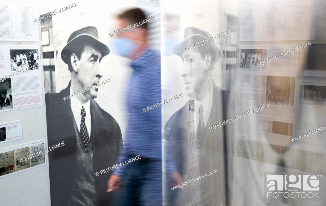 Imagen: 22 September 2020, Lower Saxony, Osnabrück: View of a photo of writer Erich Maria Remarque in the Erich Maria Remarque Peace Centre.
