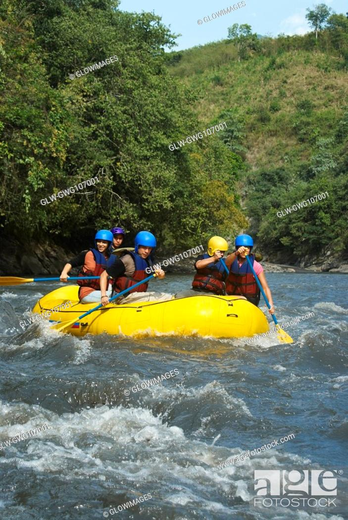 Imagen: Five people rafting in a river.