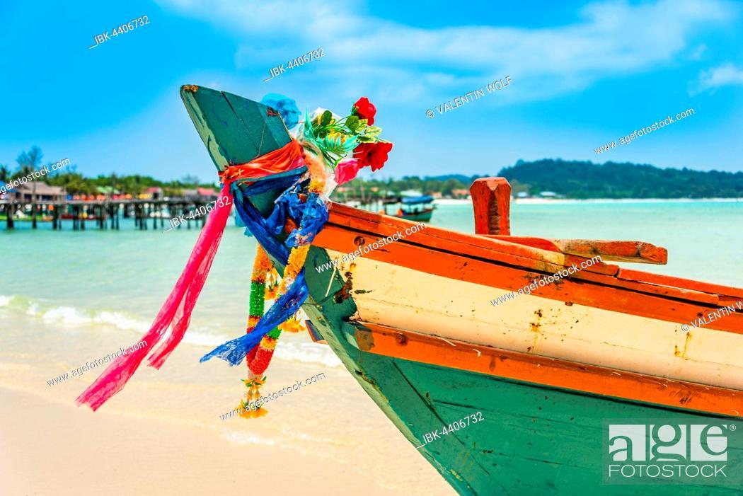 Imagen: Idyllic sandy beach with traditional long-tail boat at Long Beach, Sok San Village, Koh Rong island, Krong Preah Sihanouk, Sihanoukville, Cambodia.
