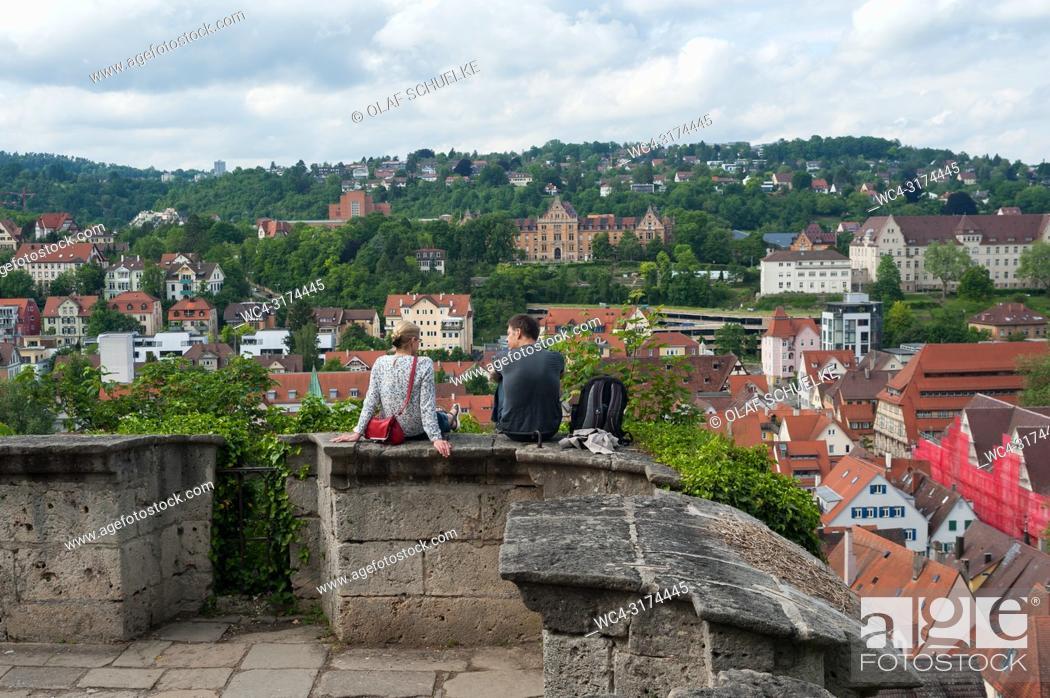 Imagen: 05. 06. 2017, Tuebingen, Baden-Wuerttemberg, Germany, Europe - A man and a woman enjoy the view from the Castle Hohentuebingen over Tuebingen's old town.