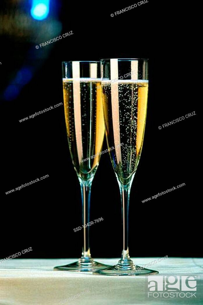 Imagen: Two champagne flutes.