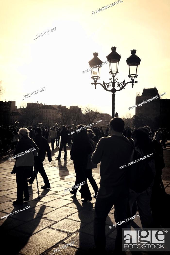 Stock Photo: Nostalgic view de la place de Notre Dame de Paris.