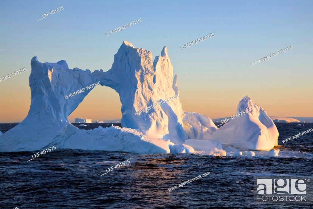 Imagen: iceberg at sunrise on southern polar circle, Antarctic Peninsula, Antarctica.