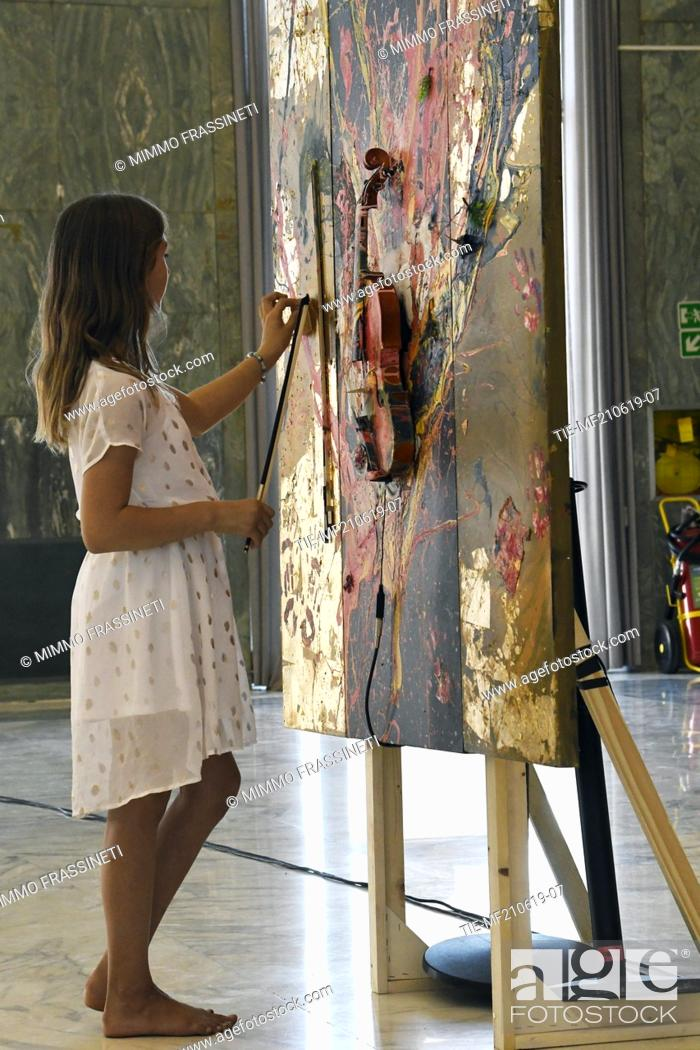 Imagen: Aelita Andre, Australian young painter (12 years old ) during an art performance at the Museum of Civiltà in Rome ,ITALY-20-06-2019.