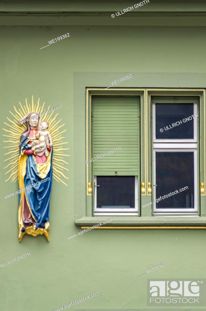 Imagen: Madonna sculpture on a historic house facade, Freiburg im Breisgau, Baden-Wurttemberg, Germany.