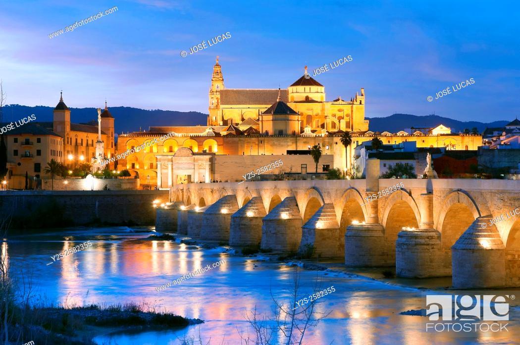Imagen: Arab mosque, Roman bridge and Guadalquivir river at dusk, Cordoba, Region of Andalusia, Spain, Europe.