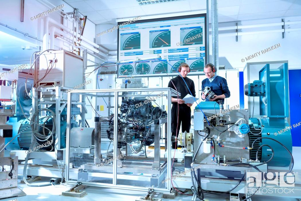 Imagen: Scientists in turbo charger automotive research laboratory.