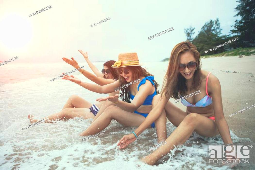 Imagen: bikini woman happiness on vacation beach.