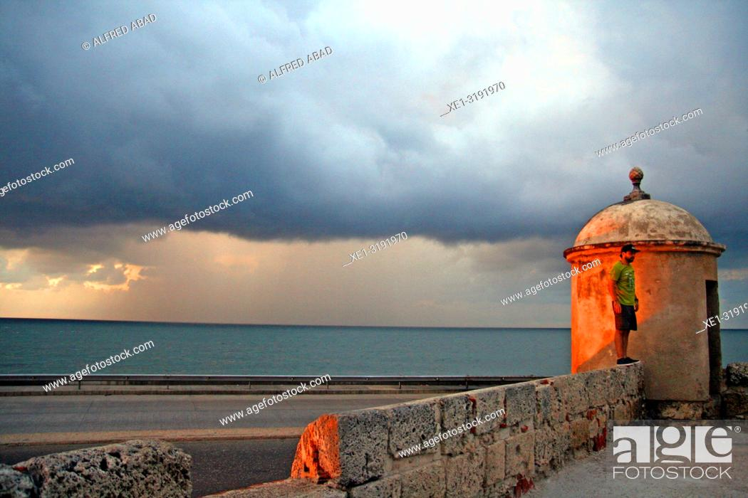 Imagen: minaret of the defense wall at dusk, Cartagena de Indias, Colombia.