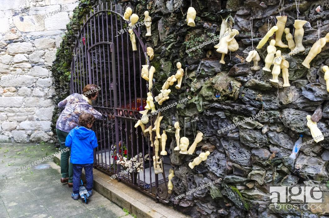 Imagen: Wax body parts votive offerings at the Lourdes Grotto in the Convent of the Concepcionistas, a 1925 scale reproduction of the French grotto.