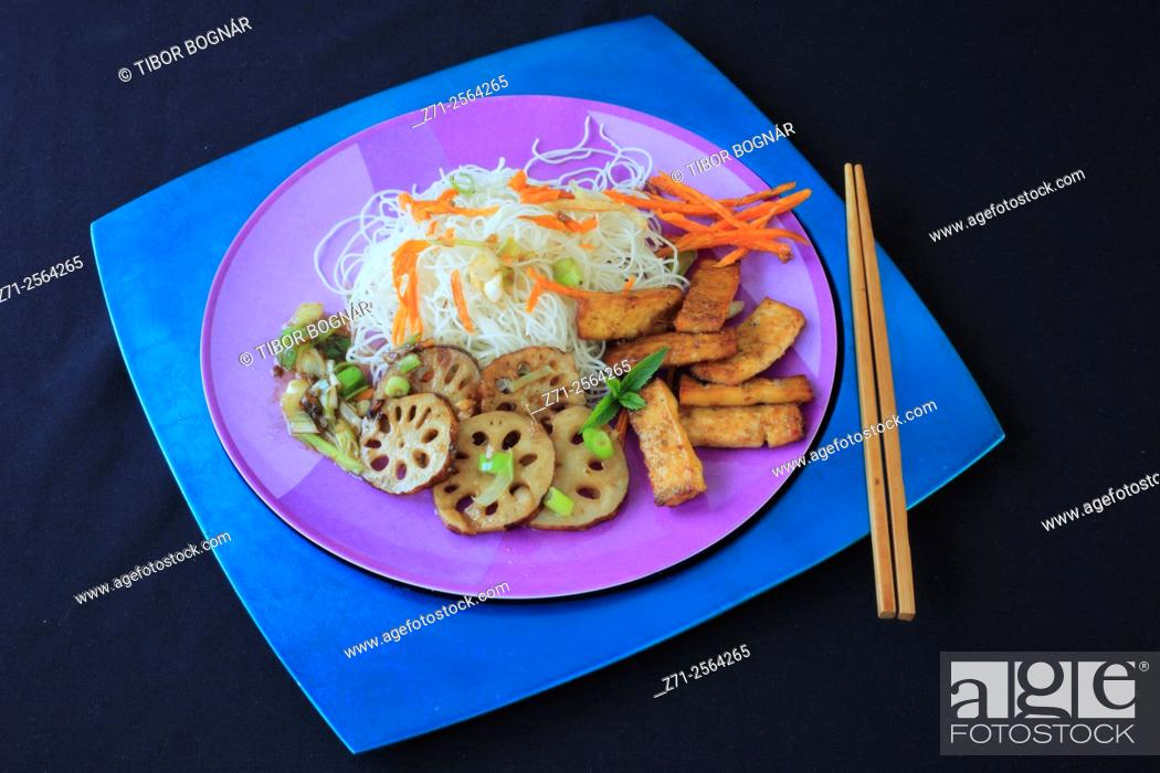 Imagen: Pressed lemongrass tofu, lotus root caramelized with spring onions and sweet potato fries.