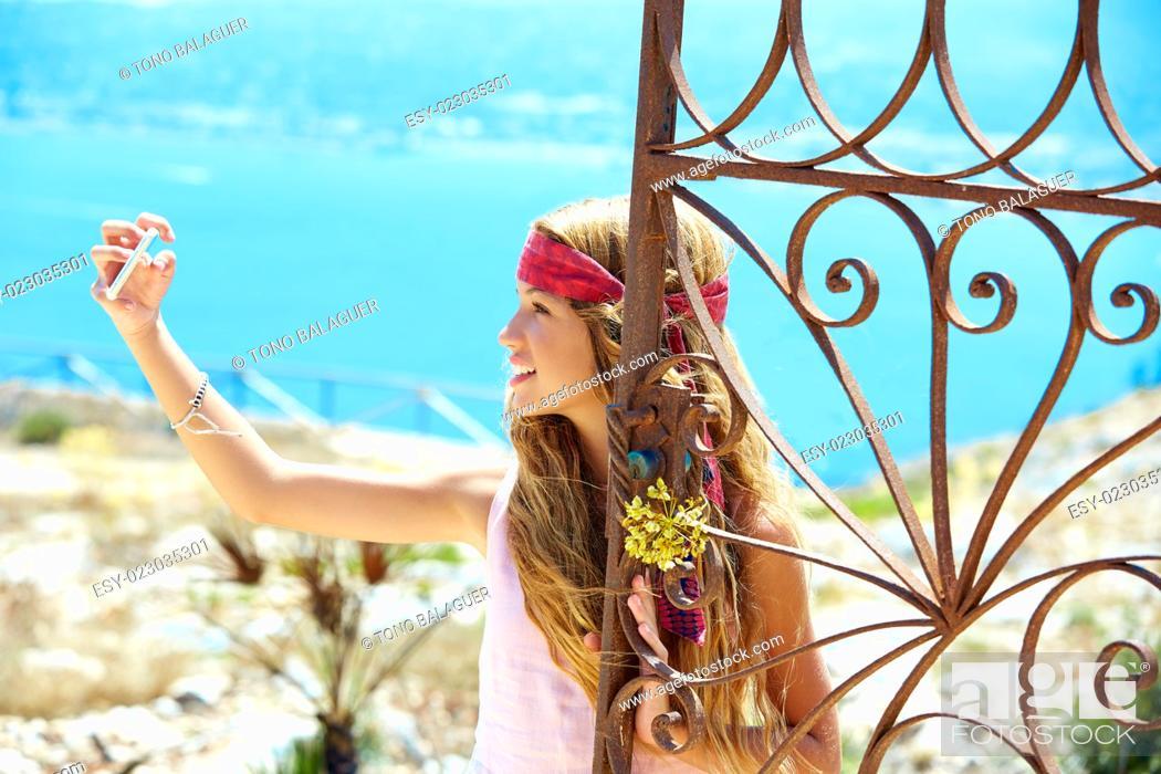 Imagen: Blond girl selfie photo in mediterranean sea gate at Spain.